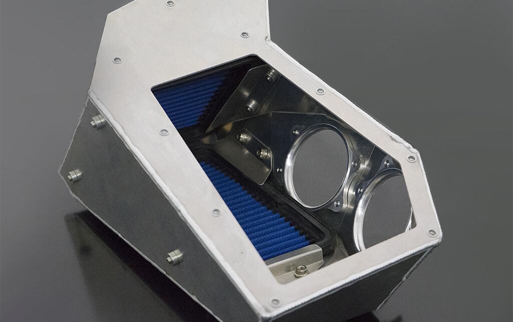 エアインテークボックス エアフロ取付面にはアルミ削り出しファンネル形状アダプターを付属し吸入効率を上げつつ熱の影響を受け難い形状となっています。